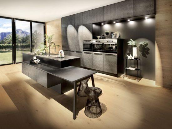 Zwarte keuken met krachtige uitstraling